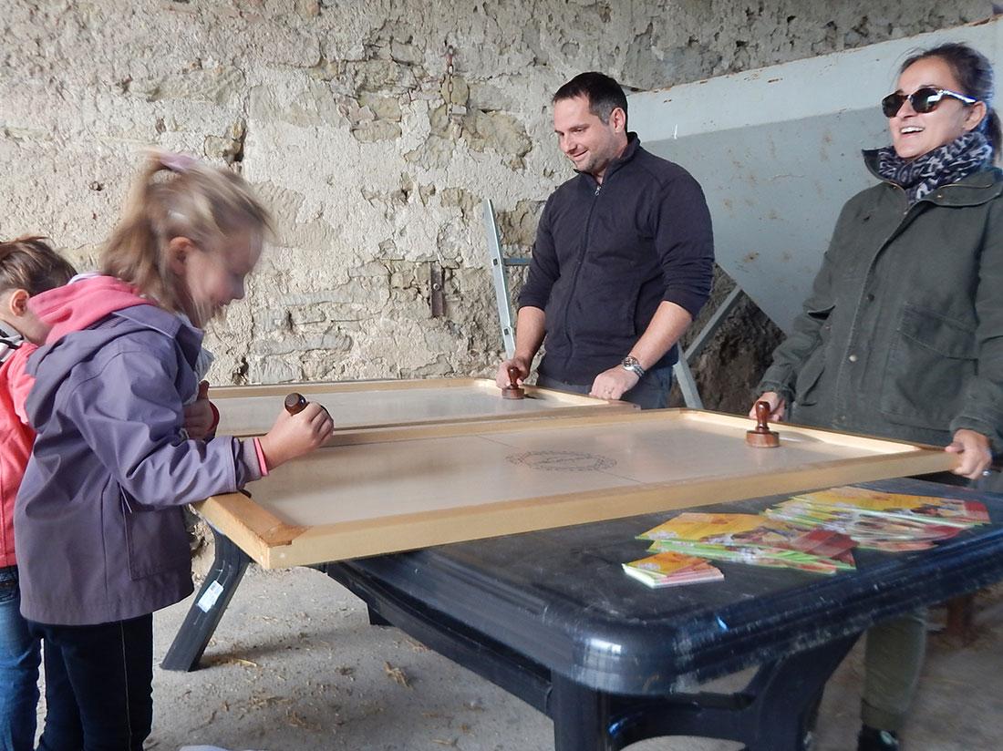 animation jeux en bois Shuffle puck lors du Ferme en Ferme 2014 au Domaine de gris à Castelnaudary (Aude)